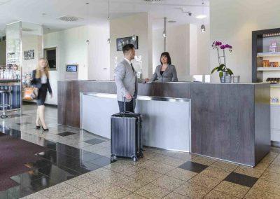 Mercure Hotel Kamen Unna Rezeption Mitarbeiter und Gast