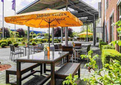 Mercure Hotel Kamen Unna Terrasse Tische und Sonnenschirme